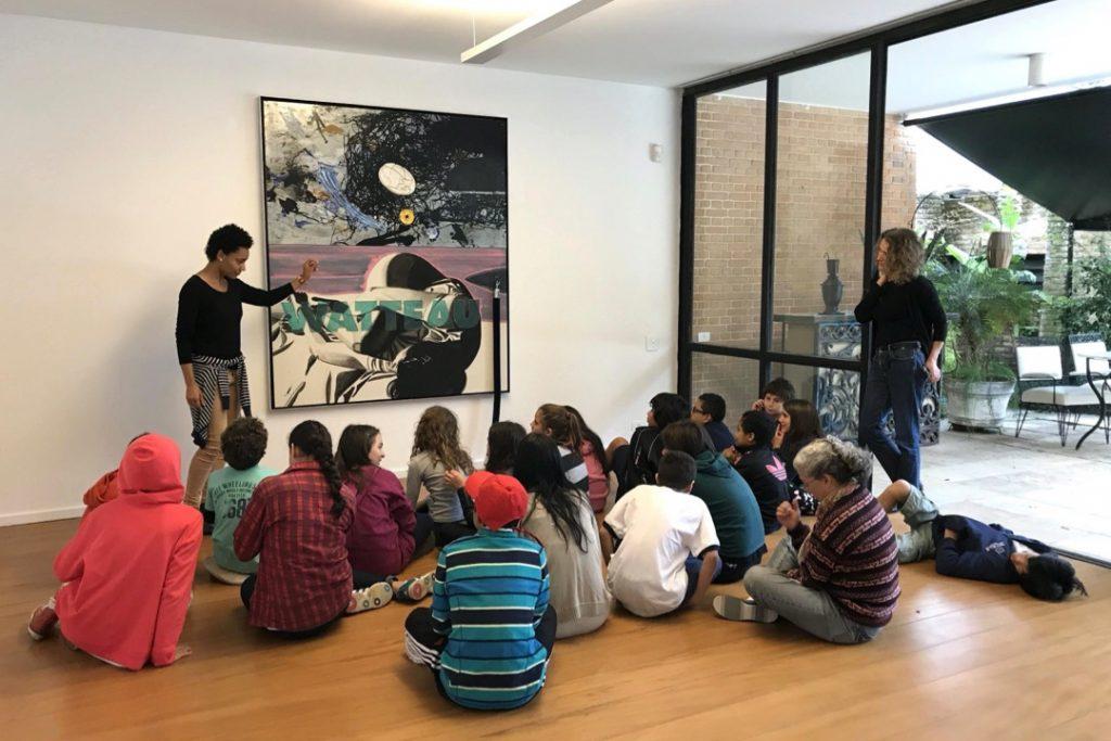 Gisela Domschke at Arte Na Casa, the public school visits program at auroras. Photography Ricardo Kugelmas