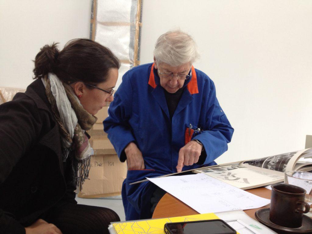Andrea Torreblanca con Julio Le Parc en su estudio en Rennes, Francia